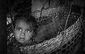 Vakker jente sitter i ei korg i fjellene i Nepal, Annapurna, barn, unger, children, face