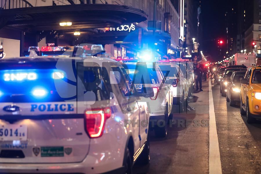 NEW YORK, EUA, 14.04.2017 - SEGURANÇA-NEW YORK - Grande movimentação de policiais, socorristas aos arredores da loja de departamento Macy's em Manhattan em New York, na noite desta sexta-feira, 14. O chefe da policia da cidade relatou em uma coletiva em frente a loja se tratar de uma noticia falsa sobre possível tiroteio na região o que gerou grande preocupação de clientes na região, que hoje estava com um movimento acima da média devido ao feriado de Páscoa. (Foto: William Volcov/Brazil Photo Press)