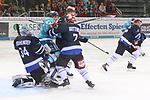 Schwenningens DominikBittner (Nr.7)  und Duesseldorfs Jaedon Descheneau (Nr.14) rangeln vor Schwenningens Goalie DustinStrahlmeier (Nr.34)  beim Spiel in der DEL, Duesseldorfer EG (hell) - Schwenninger Wild Wings (dunkel).<br /> <br /> Foto © PIX-Sportfotos *** Foto ist honorarpflichtig! *** Auf Anfrage in hoeherer Qualitaet/Aufloesung. Belegexemplar erbeten. Veroeffentlichung ausschliesslich fuer journalistisch-publizistische Zwecke. For editorial use only.