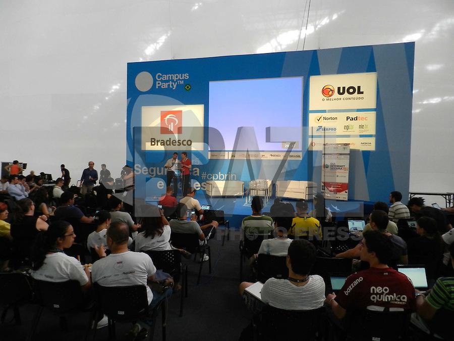 Sao Paulo - SP - 07Fev2012 - Campus Party, teve seu início ontem as 23:00hs. Hoje dão inicio as palestras e demais eventos. Informação da organização é que há 5.000 campuzeiros, que tem a sua disposição banheiros para tomar banho além das barracas. A alimentação fica por conta do campuzeiros, que as faz fora do campus, pois o valor nos pontos de vendas é absurdo. Foto: Mauricio Camargo - News Free.