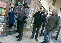 """La giornalista de """"Il Mattino"""" Rosaria Capacchione accompagnata dalla sua scorta, saluta l'edicolante a Caserta, 14 novembre 2008..UPDATE IMAGES PRESS/Riccardo De Luca"""