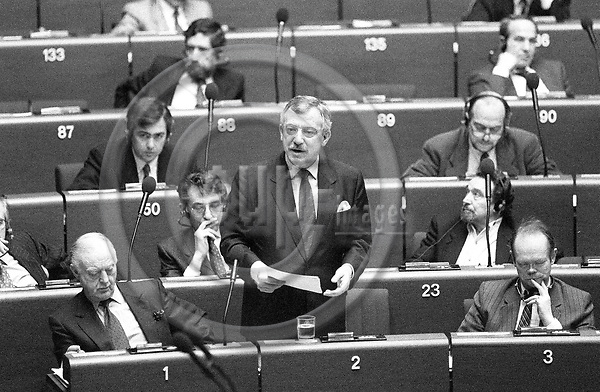 STRASBOURG - FRANCE - 20 January 1993 --  Uffe ELLEMANN JENSEN the Danish Foreign Minister speaking to the MEPs on his last EU mission as minister during a visit to the European Parliament for the Danish Presidency. Sitting on his left Niels Ersboell, Secretary General of the EU Council and on the right side Oerstroem MOELLER (Orstrom Moller, ¯rstr¿m M¿ller)   PHOTO: ERIK LUNTANG / EUP-IMAGES