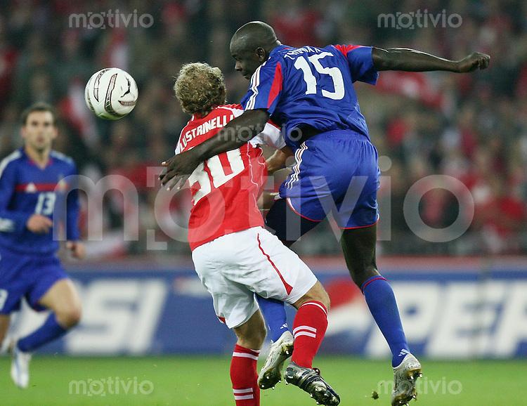 Fussball International WM Qualifikation Schweiz 1-1 Frankreich Mauro Lustrinelli (SUI,li) gegen Lilian Thuram (FRA)