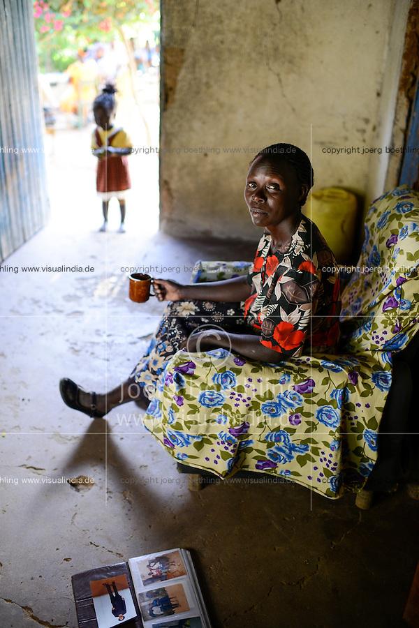 KENIA, ADS Anglican Development Services of Mount Kenya East, Stadt Embu, Dorf Gichunguri, Projekt Regenwasserauffang an einem Felsen und Speicherung in Tanks zur Nutzung in Duerreperioden, Agnes Irima, 44 Jahre, in ihrem Haus