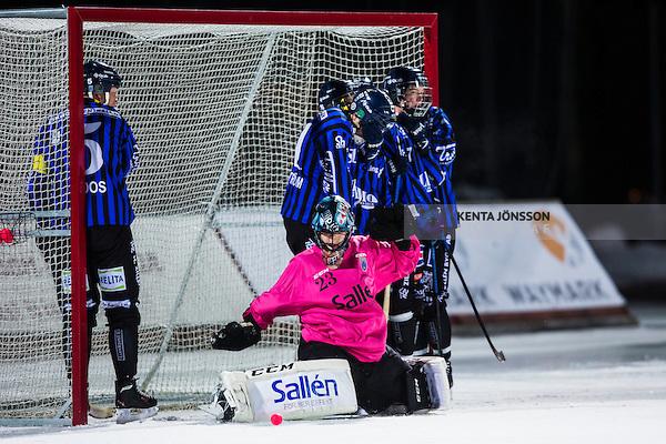Uppsala 2013-11-13 Bandy Elitserien IK Sirius - IFK Kung&auml;lv :  <br /> Sirius m&aring;lvakt Kimmo Kyll&ouml;nen r&auml;ddar ett skott p&aring; h&ouml;rna<br /> (Foto: Kenta J&ouml;nsson) Nyckelord: