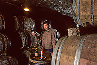 "Europe/France/Languedoc-Roussillon/66/Pyrénées-Orientales/Banyuls-sur-Mer : Cave ""Le Cellier des Templiers"" AOC Banyuls, dégustateur [Non destiné à un usage publicitaire - Not intended for an advertising use] [Non destiné à un usage publicitaire - Not intended for an advertising use]"
