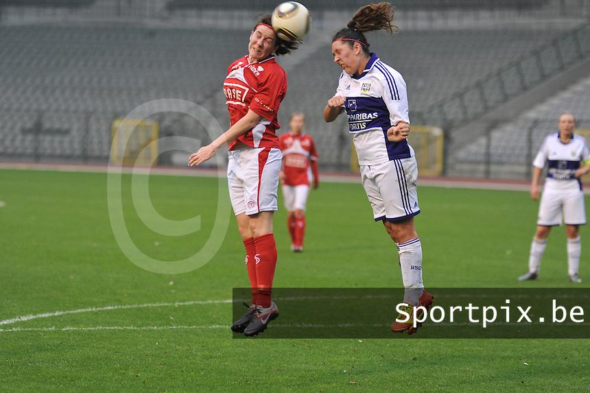 RSC Anderlecht Dames - Standard Femina de Liege : Elke Meers met de kopbal voor Laurence Marchal.foto JOKE VUYLSTEKE / Vrouwenteam.be