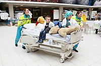 Nederland Amsterdam 2017 . Teddy Bear Hospital in het AMC ziekenhuis.( Foto mag niet in negatieve context gebruikt worden ).  Teddy Bear Hospital (TBH) is één van de grootste projecten van IFMSA-NL. Het TBH is een rollenspel. Dat houdt in dat kleuters van vier t/m zes jaar hun beer of een andere knuffel meenemen naar een nagebootst ziekenhuis. Geneeskundestudenten spelen voor arts en behandelen de knuffels. Het doel van Teddy Bear Hospital is om kinderen op een speelse manier kennis te laten maken met de gezondheidszorg, om zo de angst voor dokters en het ziek-zijn enigszins weg te nemen. Bovendien leert het medische studenten om te gaan met kinderen en trainen ze hun communicatieve vaardigheden. Foto Berlinda van Dam / Hollandse Hoogte