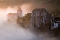 Europe/France/Midi-Pyrénées/46/Lot/Saint-Cirq-Lapopie: le village à l'aube et son église fortifiée - Les Plus Beaux Villages de France