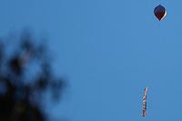 SAO PAULO, SP, 10.09.2014 -  BALAO NA ZONA NORTE SE SAO PAULO - Um Balao foi visto  na regiao da Serra da Cantareira, na tarde desta quarta-feira, 10, na regiao norte da cidade de Sao Paulo . (Foto: Andre Hanni /Brazil Photo Press).