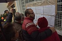 BOGOTA - COLOMBIA, 27-05-2018:electores buscando sus nombres en las listas para ejercer su votación. Las elecciones presidenciales de Colombia de 2018 se celebrarán el domingo 27 de mayo de 2018. El candidato ganador gobernará por un periodo máximo de 4 años fijado entre el 7 de agosto de 2018 y el 7 de agosto de 2022. / Electors looking for their names in the lists to exersice their votation . Colombia's 2018 presidential election will be held on Sunday, May 27, 2018. The winning candidate will govern for a maximum period of 4 years fixed between August 7, 2018 and August 7, 2022. Photo: VizzorImage / Nicolas Aleman / Cont