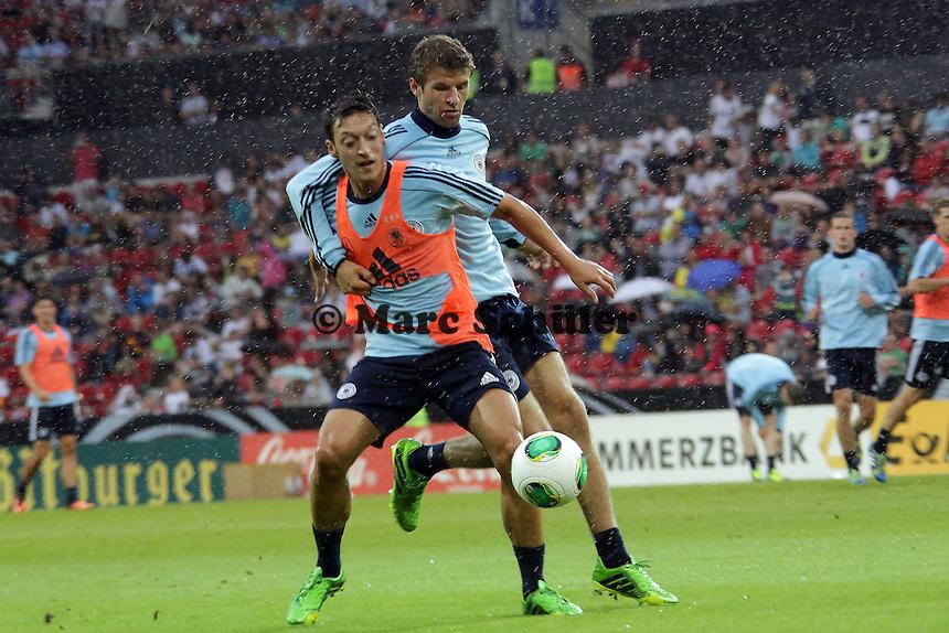 Thomas Mueller gegen Mesut Oezil - Oeffentliches Training der Deutschen Nationalmannschaft, Coface Arena Mainz