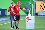 v.l. Teammanagerin Kathleen Krueger, Co-Trainer Hermann Gerland (Bayern) zeigt auf die Meisterschale<br />Wolfsburg, 27.06.2020: nph00001: , Fussball Bundesliga, VfL Wolfsburg - FC Bayern Muenchen<br />Foto: Tim Groothuis/Witters/Pool//via nordphoto<br /> DFL REGULATIONS PROHIBIT ANY USE OF PHOTOGRAPHS AS IMAGE SEQUENCES AND OR QUASI VIDEO<br />EDITORIAL USE ONLY<br />NATIONAL AND INTERNATIONAL NEWS AGENCIES OUT