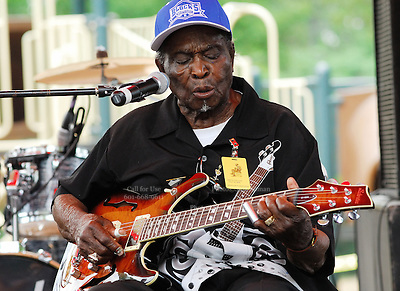 Legendary blues guitarist Honeyboy Edwards plays at the Annual Robert Johnson memorial concert in Mississippi. Photo©Suzi Altman