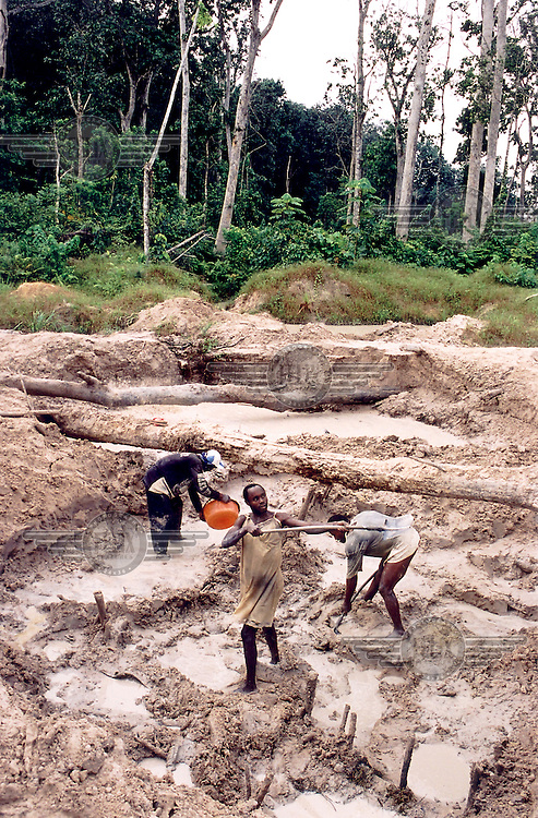 ©Teun Voeten/Panos Pictures..Democratic Republic of Congo (formerly Zaire). Lolima B. Diamond diggers in a pit, digging for gravel...