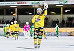 Stockholm 2014-12-19 Bandy Elitserien Hammarby IF - Broberg S&ouml;derhamn :  <br /> Broberg S&ouml;derhamns Magnus Fryklund tackar Broberg S&ouml;derhamns supportrar efter matchen mellan Hammarby IF och Broberg S&ouml;derhamn <br /> (Foto: Kenta J&ouml;nsson) Nyckelord:  Elitserien Bandy Zinkensdamms IP Zinkensdamm Zinken Hammarby Bajen HIF Broberg S&ouml;derhamn jubel gl&auml;dje lycka glad happy
