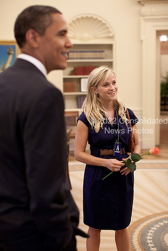 Washington, DC - June 25, 2009 -- United States President Barack Obama with actress Reese Witherspoon in the Oval Office on June 25, 2009.  The president was also joined by actors Paul Rudd and Jake Gyllenhaal.  .Mandatory Credit: Pete Souza - White House via CNP