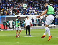 Trainer Dirk Schuster (SV Darmstadt 98) sieht Felix Platte (SV Darmstadt 98) beim Aufwaemen zu - 13.05.2018: SV Darmstadt 98 vs. FC Erzgebirge Aue, Stadion am Boellenfalltor, 34. Spieltag 2. Bundesliga