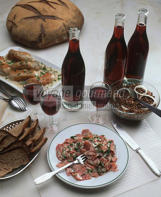 Europe/France/Rhône-Alpes/69/Rhone/Lyon: Cuisine des Bouchons- Gastronomie Lyonnaise - Saladiers lyonnais quenelles et pots de Beaujolais