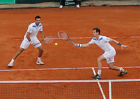 Britain's Andy Murray  ( L) and Ross Hutchins during their Davis Cup quarter-final doubles tennis match against Italy's Fabio Fognini  Simone Bolelli in Naples April 5, 2014.