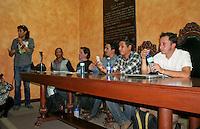 """Querétaro, Qro. 29 de marzo de 2014.- Durante más de tres horas los ponentes del foro """"Autodefensas ¿La nueva revolución? La mirada de los fotógrafos en el lugar"""", compartieron con el público que asistió al aula magna de la facultad de Filosofía de la Universidad Autónoma de Querétaro (UAQ). Foro organizado por Obture Press Agency en conjunto con la Facultad de Filosofía, Vinculación social y el SUPAUAQ.<br /> <br /> El fotógrafo Demian Chávez, editor de Obture Press Agency, precisó que esta iniciativa se llevó a cabo con el objetivo de crear un diálogo entre los fotógrafos de los lugares en donde se ha presentado el fenómeno de las policías comunitarias, con el público que tiene una distancia geográfica con los estados de Michoacán, Veracruz y Guerrero. Los ponentes son fotoperiodistas que viven el día a día de la evolución de este conflicto, contrario a aquellos periodistas que sólo están por días o semanas, crean una breve historia y regresan a sus redacciones.<br /> <br /> En el encuentro participaron los corresponsales: Félix Márquez y Bernardino Hernández, por parte de la agencia The Associated Press (AP) en Veracruz y Guerrero; Enrique Castro, Procesofoto en Michoacán; Alán Ortega, Reuters; Juan José Estrada Serafín, Cuartoscuro; Mauricio Chalons, reportero, fotógrafo y experto en temas de seguridad en el ámbito periodístico.<br /> <br /> Mauricio Chalons consideró que México se encuentra viviendo lo registrado en Colombia en la década de 1980 e inicios de 1990, y que actualmente en el país se implementa la doctrina de contrainsurgencia (COIN).<br /> <br /> Los fotorreporteros hablaron sobre los abusos y daños que han sufrido al realizar su quehacer diario, del impacto de las autodefensas en las comunidades, de las políticas del Gobierno Federal y del arresto de narcotraficantes.<br /> <br /> Al evento acudieron fotógrafos, periodistas, docentes, investigadores, alumnos de carreras como sociología, periodismo, antropología, criminología, Bellas Artes y públic"""