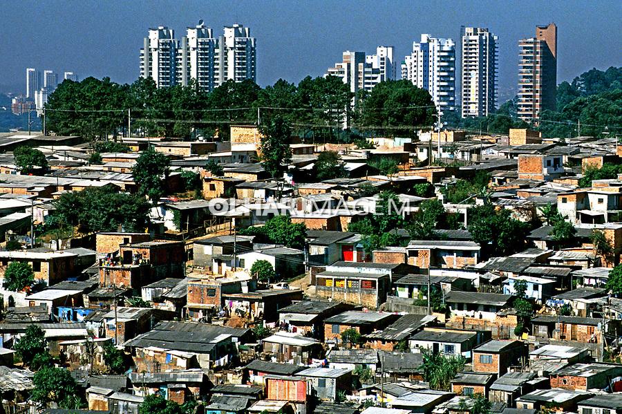 Casas da favela do Morumbi em São Paulo. 1997. Foto de Juca Martins