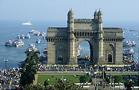"Asien Indien IND Megacity Mumbai Bombay .Torbogen Gateway of India an der Bucht Apollo Bunder von Bombay Torbogen am Hafen wurde 1911 zum Besuch des britschen K?nigs George V erbaut , Blick vom Hotel taj mahal - Architektur Baustil Metropolen Megacities Stadt Gro§stadt Megast?dte Tourismus Reise Kolonialreich Kolonie britische Kronkolonie Kolonialmacht Kolonialherrschaft Geschichte Historisches Bauwerk Sehensw?rdigkeit indische xagndaz | .Asia India Mumbai .boats and Gateway of India in Bombay - city building sights architecture tourism travel british empire colony history .| [copyright  (c) agenda / Joerg Boethling , Veroeffentlichung nur gegen Honorar und Belegexemplar an / royalties to: agenda  Rothestr. 66  D-22765 Hamburg  ph. ++49 40 391 907 14  e-mail: boethling@agenda-fototext.de  www.agenda-fototext.de  Bank: Hamburger Sparkasse BLZ 200 505 50 kto. 1281 120 178  IBAN: DE96 2005 0550 1281 1201 78 BIC: ""HASPDEHH"" ,  WEITERE MOTIVE ZU DIESEM THEMA SIND VORHANDEN!! MORE PICTURES ON THIS SUBJECT AVAILABLE!! INDIA PHOTO ARCHIVE: http://www.visualindia.net ] [#0,26,121#]"