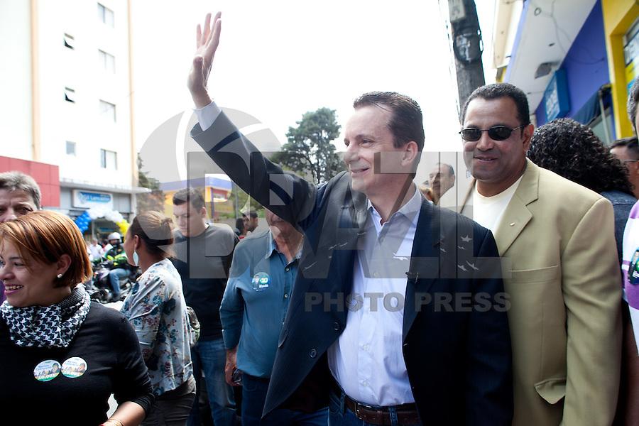 ATENÇÃO EDITOR: FOTO EMBARGADA PARA VEÍCULOS INTERNACIONAIS<br /> SAO PAULO, SP, 14 SETEMBRO 2012 - O candidato a prefeitura, Celso Russomanno(PRB) durante caminhada nessa sexta-feira 14 - na Vila Nova Cachoeirinha Zona Norte de Sao Paulo - SP<br /> FOTO: POLINE LYS - BRAZIL PHOTO PRESS