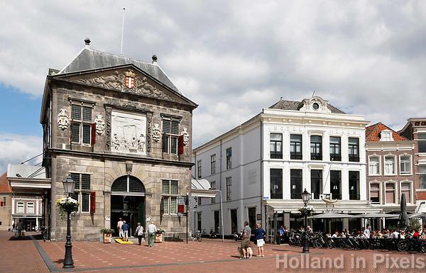 Nederland Gouda  2017.  De Waag en Hotel de Zalm aan het marktplein in Gouda.   Foto Berlinda van Dam / Hollandse Hoogte