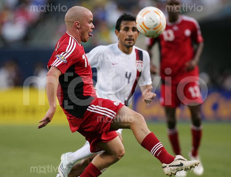 Fussball International Gold Cup Halbfinale  Canada 1-2 USA Iain HUME (CAN, l) gegen Pablo MASTROENI (USA).