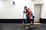 Stockholm 2015-09-04 Ishockey CHL Djurg&aring;rdens IF - EV Zug :  <br /> Djurg&aring;rdens Alexander F&auml;llstr&ouml;m haltar mot omkl&auml;dningsrummet efter en skada i den andra perioden under matchen mellan Djurg&aring;rdens IF och EV Zug <br /> (Foto: Kenta J&ouml;nsson) Nyckelord:  Ishockey Hockey CHL Hovet Johanneshovs Isstadion Djurg&aring;rden DIF Zug skada skadan ont sm&auml;rta injury pain depp besviken besvikelse sorg ledsen deppig nedst&auml;md uppgiven sad disappointment disappointed dejected
