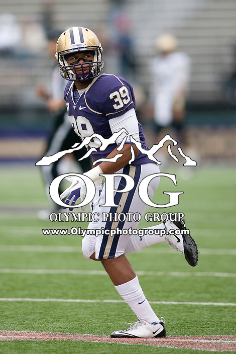 Oct 15, 2010:  Washington's Greg Walker against Colorado.  Washington defeated Colorado 52-24 at Husky Stadium in Seattle, Washington...