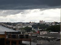 SÃO PAULO, 22 de JUNHO, 2012 - CLIMA TEMPO -  Aumento da nebulosidade deixa céu encoberto na região central da capital paulista nessa tarde de sexta-feira, 22 - FOTO LOLA OLIVEIRA BRAZIL PHOTO PRESS