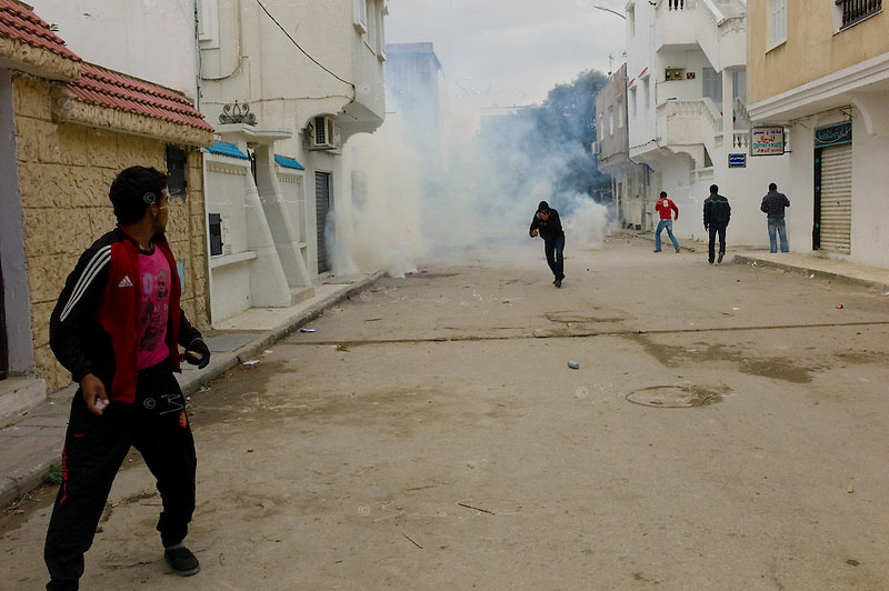 Tunis, January 14, 2011.A group of inhabitants from Cité Khadra fights the police.