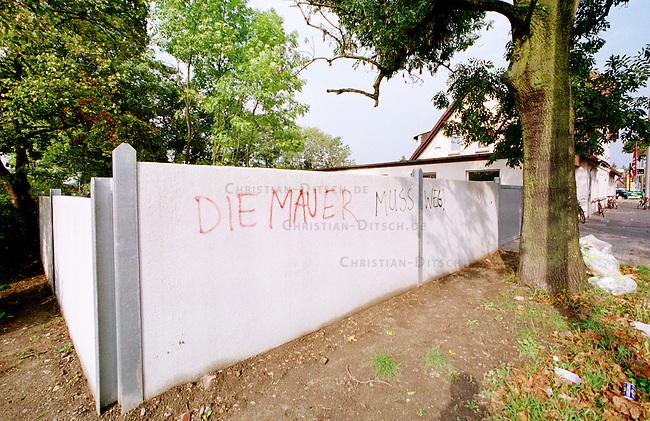 Fluechtlingswohnheim in der niedersaechsischen Kleinstadt Celle. Um das Heim wurde im Juli 2000 eine Fertigbetonmauer gebaut, weil sich Anwohner aus der Umgebung des Heimes ueber den Handel mit Drogen beschwerten. Um die Mauer, gab es in der Oeffentlichkeit heftige Diskussionen.<br /> 27.9.2000, Celle<br /> Copyright: Christian-Ditsch.de<br /> [Inhaltsveraendernde Manipulation des Fotos nur nach ausdruecklicher Genehmigung des Fotografen. Vereinbarungen ueber Abtretung von Persoenlichkeitsrechten/Model Release der abgebildeten Person/Personen liegen nicht vor. NO MODEL RELEASE! Nur fuer Redaktionelle Zwecke. Don't publish without copyright Christian-Ditsch.de, Veroeffentlichung nur mit Fotografennennung, sowie gegen Honorar, MwSt. und Beleg. Konto: I N G - D i B a, IBAN DE58500105175400192269, BIC INGDDEFFXXX, Kontakt: post@christian-ditsch.de<br /> Bei der Bearbeitung der Dateiinformationen darf die Urheberkennzeichnung in den EXIF- und  IPTC-Daten nicht entfernt werden, diese sind in digitalen Medien nach &sect;95c UrhG rechtlich geschuetzt. Der Urhebervermerk wird gemaess &sect;13 UrhG verlangt.]