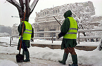 Gennaio 2009, nevicata su Milano. Spalatori di neve al lavoro sul piazzale della stazione centrale --- January 2009, snowfall in Milan. Snow shovelers at work on the square in front of central station