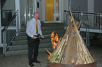 Küster Ralf Uhlemann entfacht das Osterfeuer