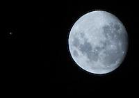 ATENCAO EDITOR IMAGEM EMBARGADA PARA VEICULOS INTERNACIONAIS -  SAO PAULO, SP, 25 DEZEMBRO 2012 - PLANETA APARECE AO LADO DA  LUA CRESCENTE - Um ponto branco que parece ser um planeta aparece ao lado da Lua Crescente na noite de natal. O femomeno pode ser vista do bairro do Ipiranga na região sul de São Paulo na noite desta terça-feira(25).(FOTO: AMAURI NEHN / BRAZIL PHOTO PRESS).