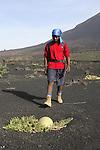 Ascension du volcan. Ile de Fogo. Les habitants de la caldeira font pousser dans les terres fertiles au pied du volcan des vignes et des melons. Vue du volcan depuis la caldeira
