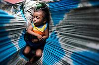 INDIA Orissa, Raygada, tribal village Bishnuguda, Dongria Kondh tribe, sleeping baby in Sari / INDIEN Odisha Orissa, Raygada, Dorf Bishnuguda, Ureinwohner Dongria Kondh, schlafendes Baby in Tuch