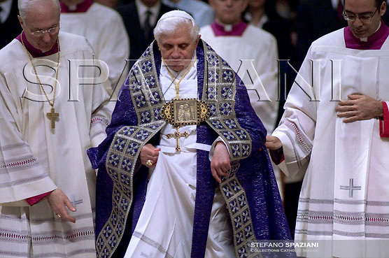 Pope Benedict XVI waves at the end of the celebration of the penance sacrament with the youth of the Rome's diocese, in Saint Peter's Basilica at the Vatican..March 29, 2007.