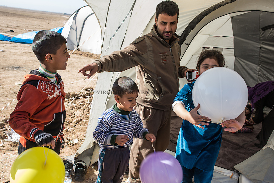 IRAK, Bashiqa: A family that has fled Daesh in the village of Tall Kayf just arrive at the line of Bashiqa where they were welcomed by a NGO that helps IDP's, the 7th December 2016. <br /> <br /> IRAK, Bashiqa: Une famille qui a fui Daesh dans le village de Tall Kayf vient d'arriver &agrave; la ligne de Bashiqa o&ugrave; ils ont &eacute;t&eacute; accueillis par une ONG qui aide les d&eacute;plac&eacute;s, le 7 d&eacute;cembre 2016.