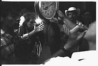 COLOMBIA Armenia Settentrionale  Combattimento clandestino di galli<br /> Colombie, Arm&eacute;nie, ar&egrave;ne de coqs de combat<br /> Colombia, Armenia, arena for fighting cocks<br /> la pesa