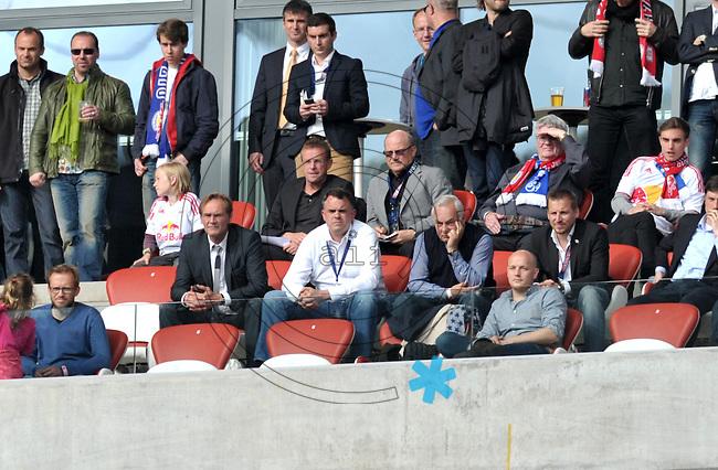 Fußball Relegation um den Aufstieg in die 3. Bundesliga - Rasenballsport Leipzig (RB) empfängt am Mittwoch (29.05.2013) im Relegationsspiel die Sportfreunde Lotte (SL) in der Red-Bull-Arena Leipzig. .IM BILD: OBM Burkhard Jung, RB Geschäftsführer Ulrich Wolter und Ralf Rangnick (Sportdirektor) auf der VIP Tribüne .Foto: Christian Nitsche