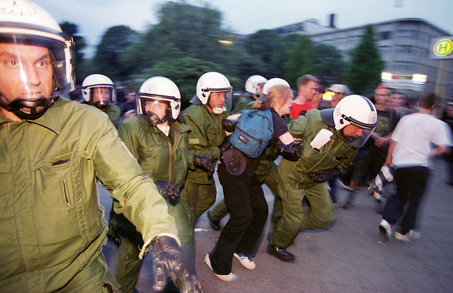 Mehr als 10.000 Menschen kamen zur sogenannten Revolutionaeren 1. Mai-Demonstration nach Berlin-Kreuzberg.<br /> Hier: Die Polizei loeste ohne ersichtlichen Grund die Demonstration mit willkuerlichen Festnahmen und Wasserwerfereinsatz auf dem Oranienplatz auf. Die festgenommene Frau war nicht schnell vom Platz gegangen und wurde daraufhin von Beamten der 25. Einsatzhundertschaft festgenommen.<br /> 1.5.2000, Berlin<br /> Copyright: Christian-Ditsch.de<br /> [Inhaltsveraendernde Manipulation des Fotos nur nach ausdruecklicher Genehmigung des Fotografen. Vereinbarungen ueber Abtretung von Persoenlichkeitsrechten/Model Release der abgebildeten Person/Personen liegen nicht vor. NO MODEL RELEASE! Nur fuer Redaktionelle Zwecke. Don't publish without copyright Christian-Ditsch.de, Veroeffentlichung nur mit Fotografennennung, sowie gegen Honorar, MwSt. und Beleg. Konto: I N G - D i B a, IBAN DE58500105175400192269, BIC INGDDEFFXXX, Kontakt: post@christian-ditsch.de<br /> Bei der Bearbeitung der Dateiinformationen darf die Urheberkennzeichnung in den EXIF- und  IPTC-Daten nicht entfernt werden, diese sind in digitalen Medien nach &sect;95c UrhG rechtlich gesch&uuml;tzt. Der Urhebervermerk wird gemaess &sect;13 UrhG verlangt.]