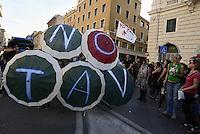 Roma, 19 Ottobre 2013<br /> Corteo contro l'austerità e la precarietà<br /> Performance con ombrelli, No TAV