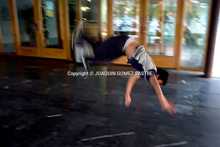 SEPTIEMBRE 2010 SANTANDER.Un grupo de chicos entrena practicando su aficion preferida el Breakdance  se denominan LA SANTA CREW  .foto © JOAQUIN GOMEZ SASTRE