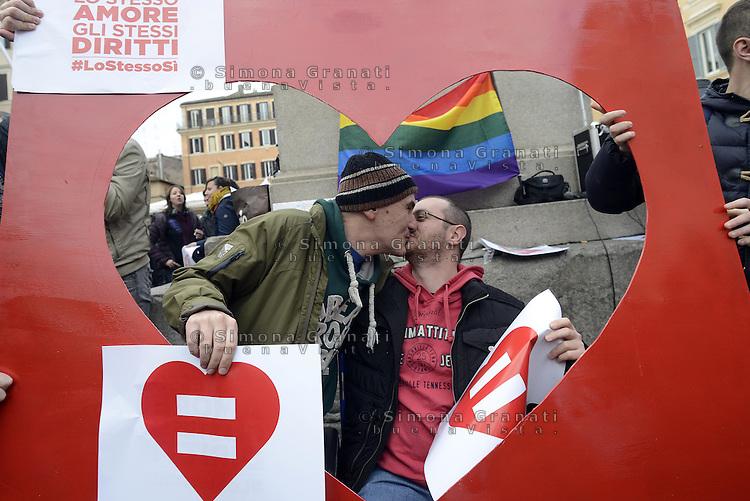 Roma, 14 Febbraio 2015.<br /> Piazza Campo dei Fiori.<br /> Manifestazione  a sostegno dei diritti civili per il diritto al matrimonio per le coppie omosessuali.<br /> Lo stesso amore, gli stessi diritti.