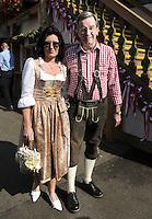 FUSSBALL   1. BUNDESLIGA   SAISON 2011/2012    Die Mannschaft des FC Bayern Muenchen besucht das Oktoberfest am 02.10.2011 Karl Hopfner mit Frau  Anne Kroehl (FC Bayern Muenchen)