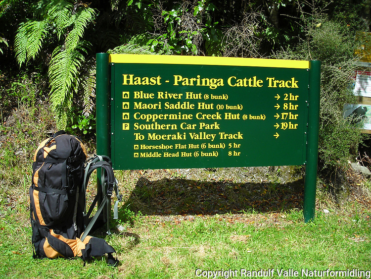 Skilt for Haast - Paringa Cattle Track på vestkysten av New Zealand.---- Sign for Haast -Paringa Cattle track on the west coast of New Zealand.